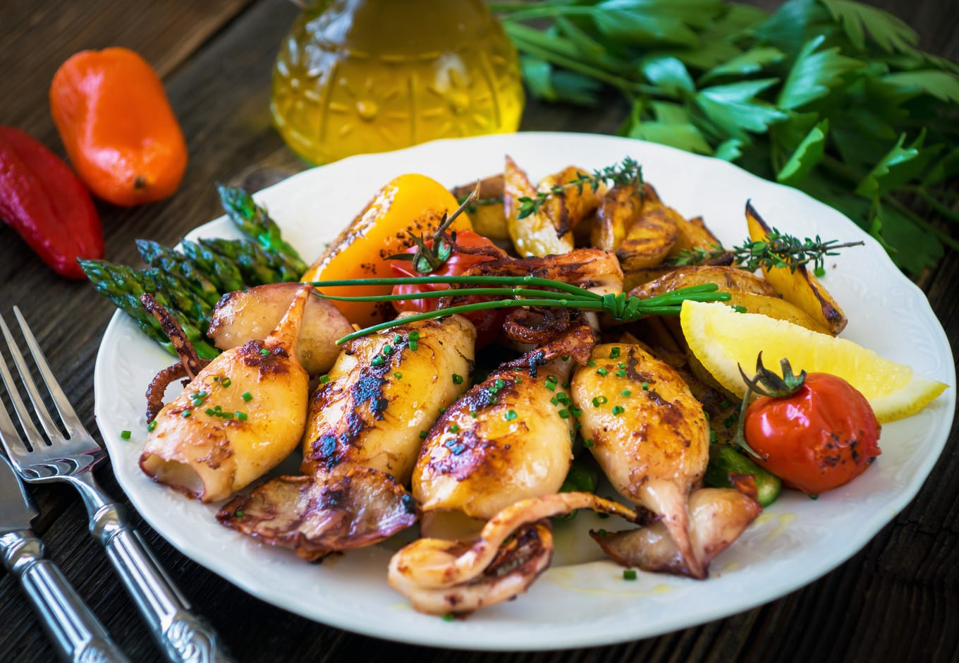 Grilled squid with espargus and potatoes.