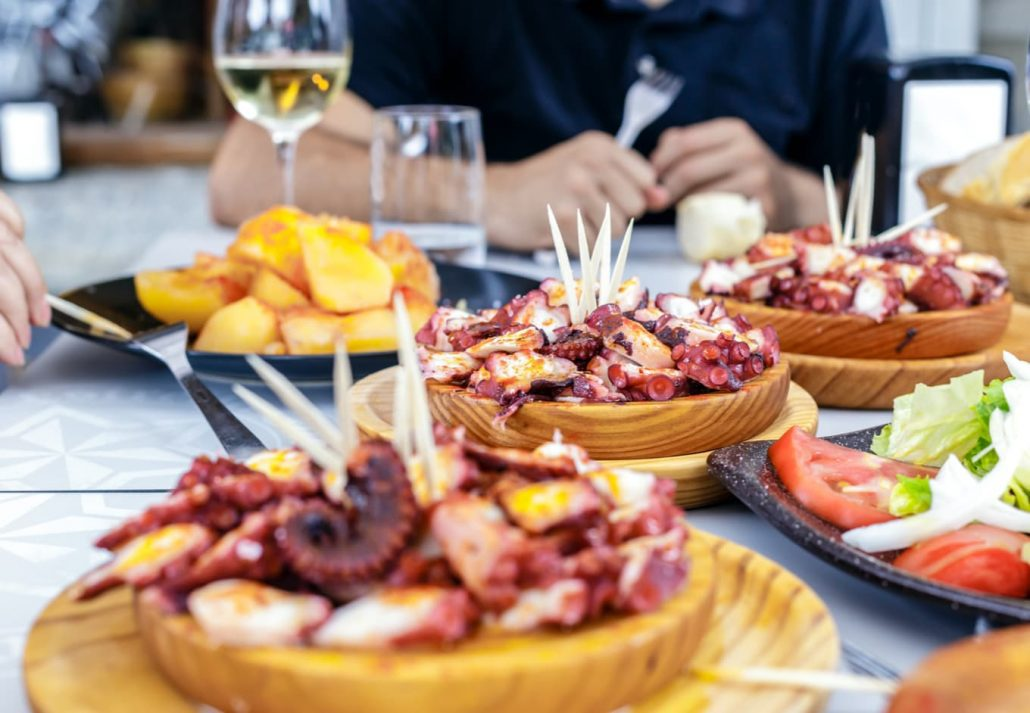 Tapas and wine on a table.